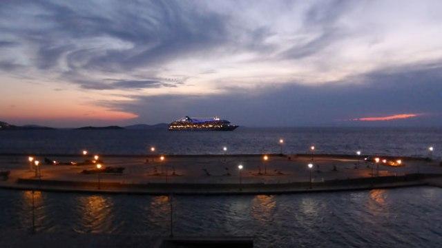 Creuer encorat al port de Miconos