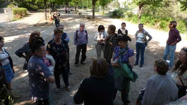 Sota l'alzina de la colònia Pons, escoltant Assumpta Montellà