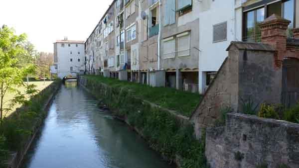 Cases del obrers i canal de la colònia Guixaró