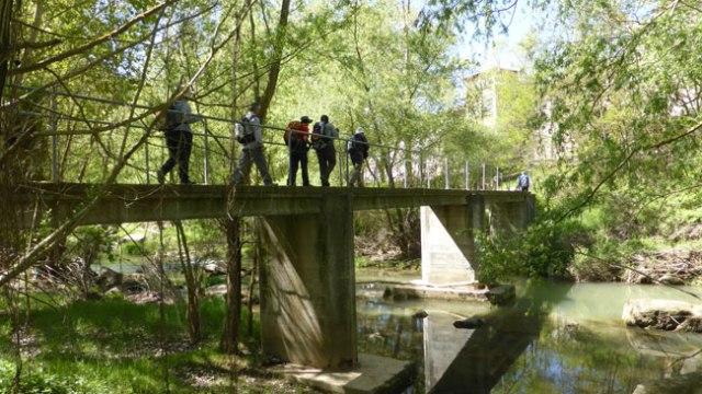 Palanca o passarel·la per creuar el riu