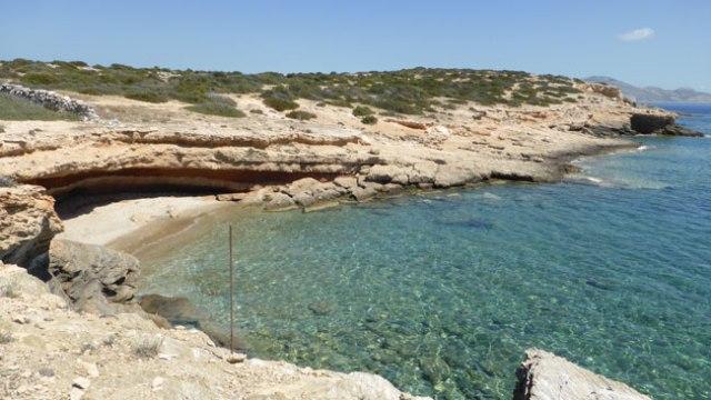 Sxinusa. Cova i petites platges entre Almiros i Bazaiu