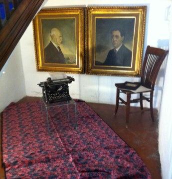 Pintures de Frederic Ros Sallent i el seu fill Ramon Ros Campaña, màquina d'escriure i documents de F. Ros (amo de Can Mulà)