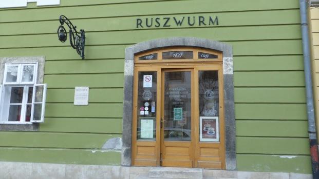 Ruszwurm Cukrasz. Un cafè   petit, coquetó, amb mobles de cireres i estufa de ceràmica. Bons pastissets