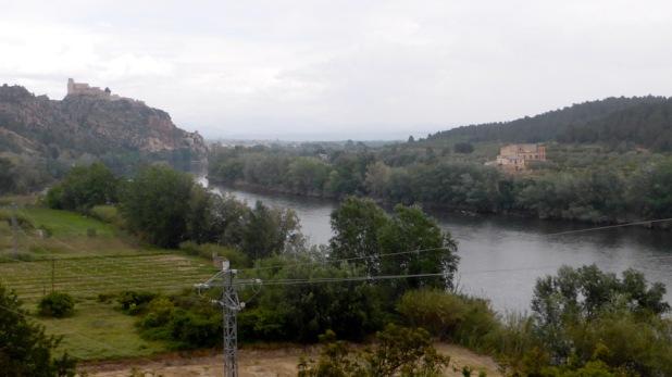 Riu Ebre. Al fons, castell de Miravet
