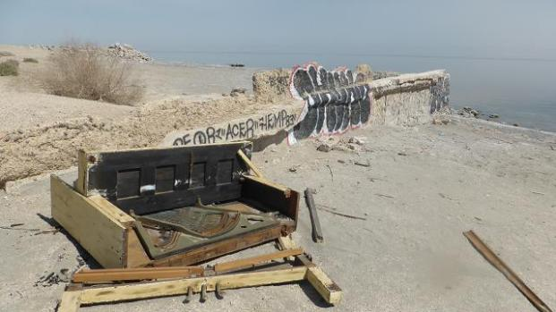 Platja Bombay. Salton Sea. Un vell piano abandonat damunt la sorra