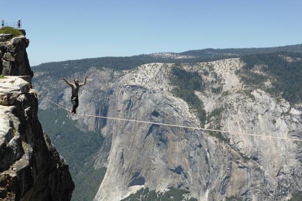 Taft Point. Yosemite. Al mirador sents vertige, però aquest que creua la corda...