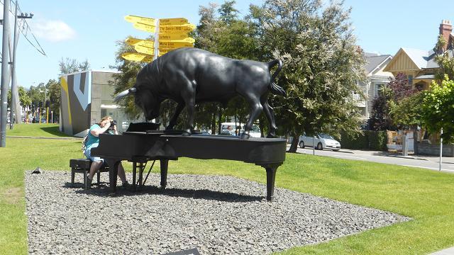 Escultura toro sobre piano. Art Galleru Christchurch